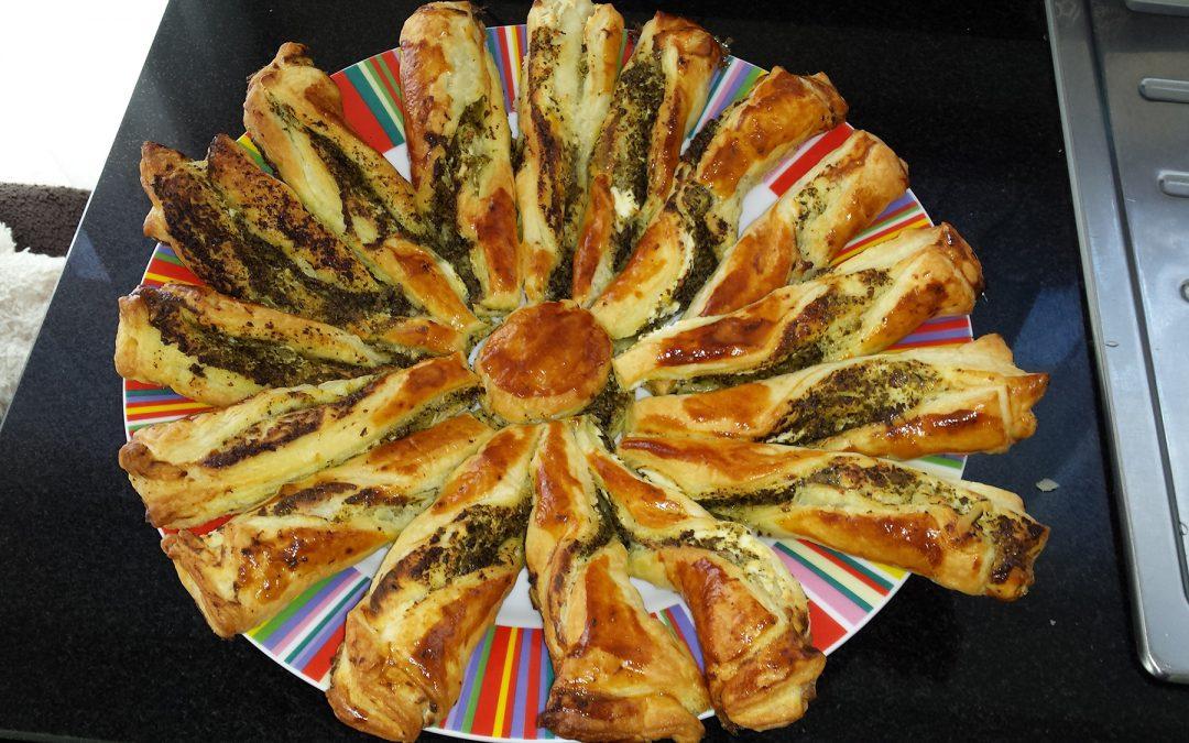 Bladerdeegkrans met kaas en pesto