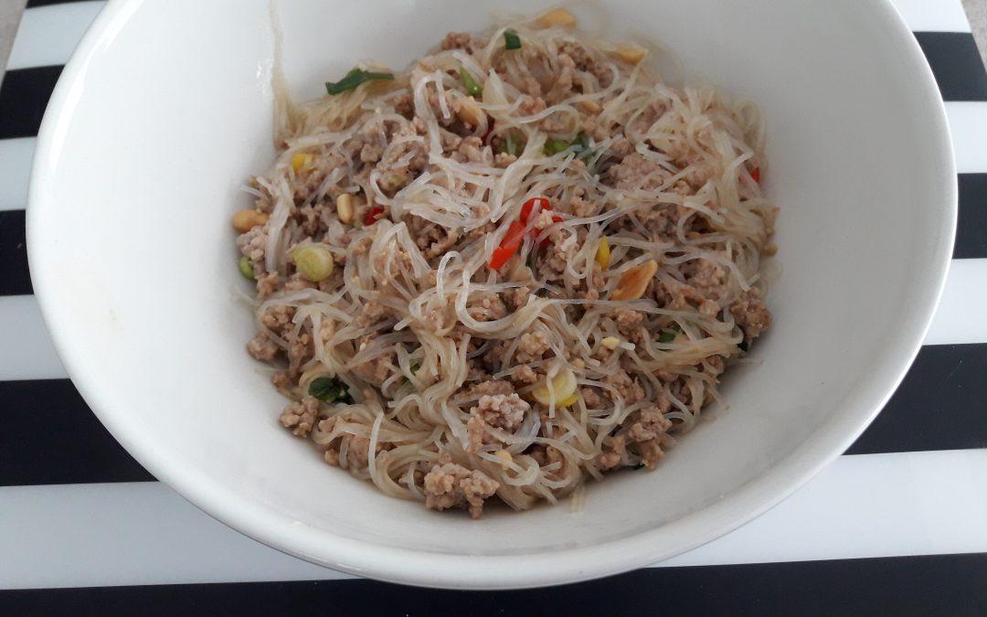 Glasnoedels met pittig gehakt (yum woon sen)